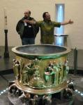 L'abbé Olivier Windels devant les célèbres fonts baptismaux de Saint-Barthélémy