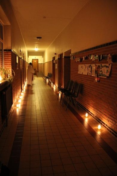 Le chemin vers le choeur, illuminé pour la réconciliation