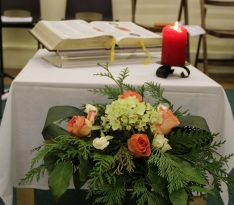 Bible, bougie, fleurs pour savourer la Parole