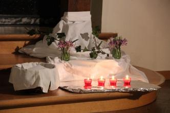 Fleurs et lumignons de la réconciliation
