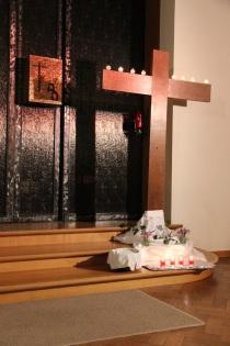 La Croix, avec fleurs et lumignons de la réconciliation