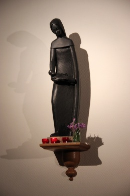 La statue de Marie dans le choeur