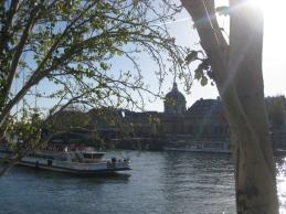 La Seine et un bateau-mouche