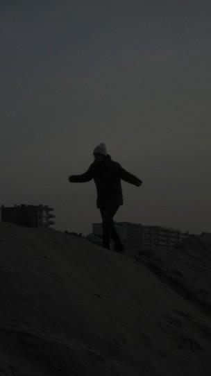 Oriane grimpe sur la dune