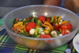 Salade de tomates de toutes les couleurs, avec billes de mozzarella...