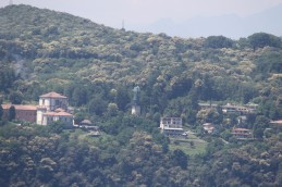 Au milieu de la végétation, la statue colossale de saint Charles Borromée