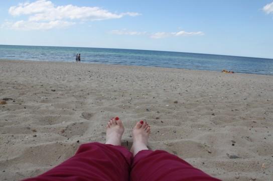 Doigts de pied au soleil sur la plage...